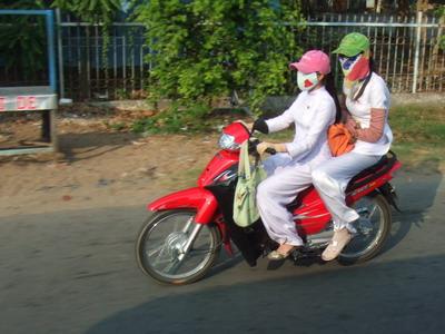 Vietnam - Modedfahrerin mit Atemschutz